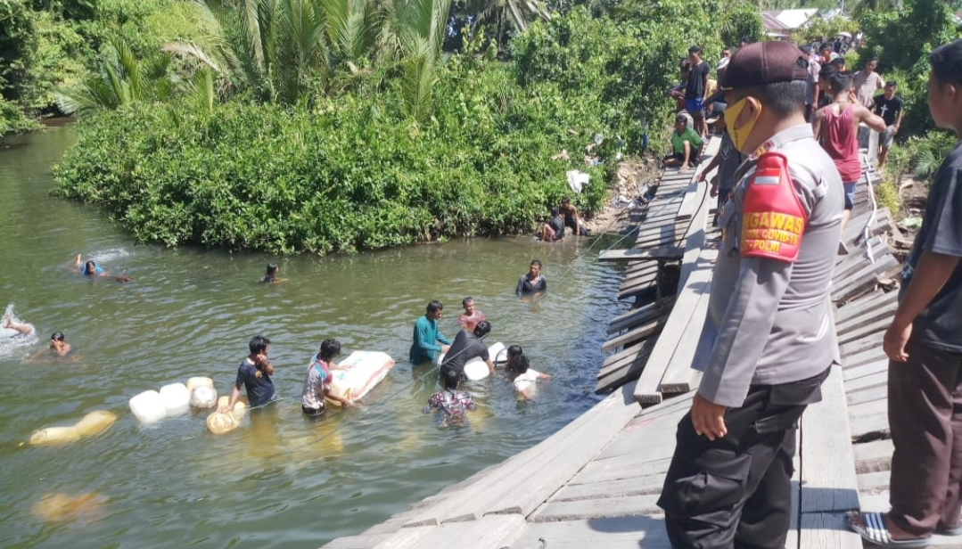 Jembatan Penghubung Desa Nemnemleleu Roboh, Satu Unit Mobil Jatuh Ke Sungai