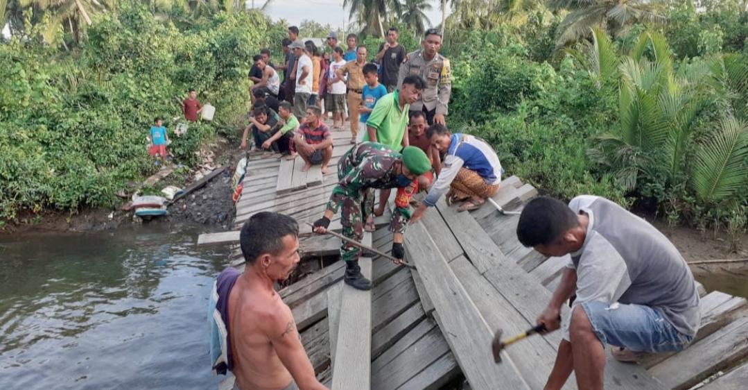 Jembatan Roboh di Nemnemleleu, Babinramil Sipora Bersama Warga Lakukan Perbaikan Secara Manual
