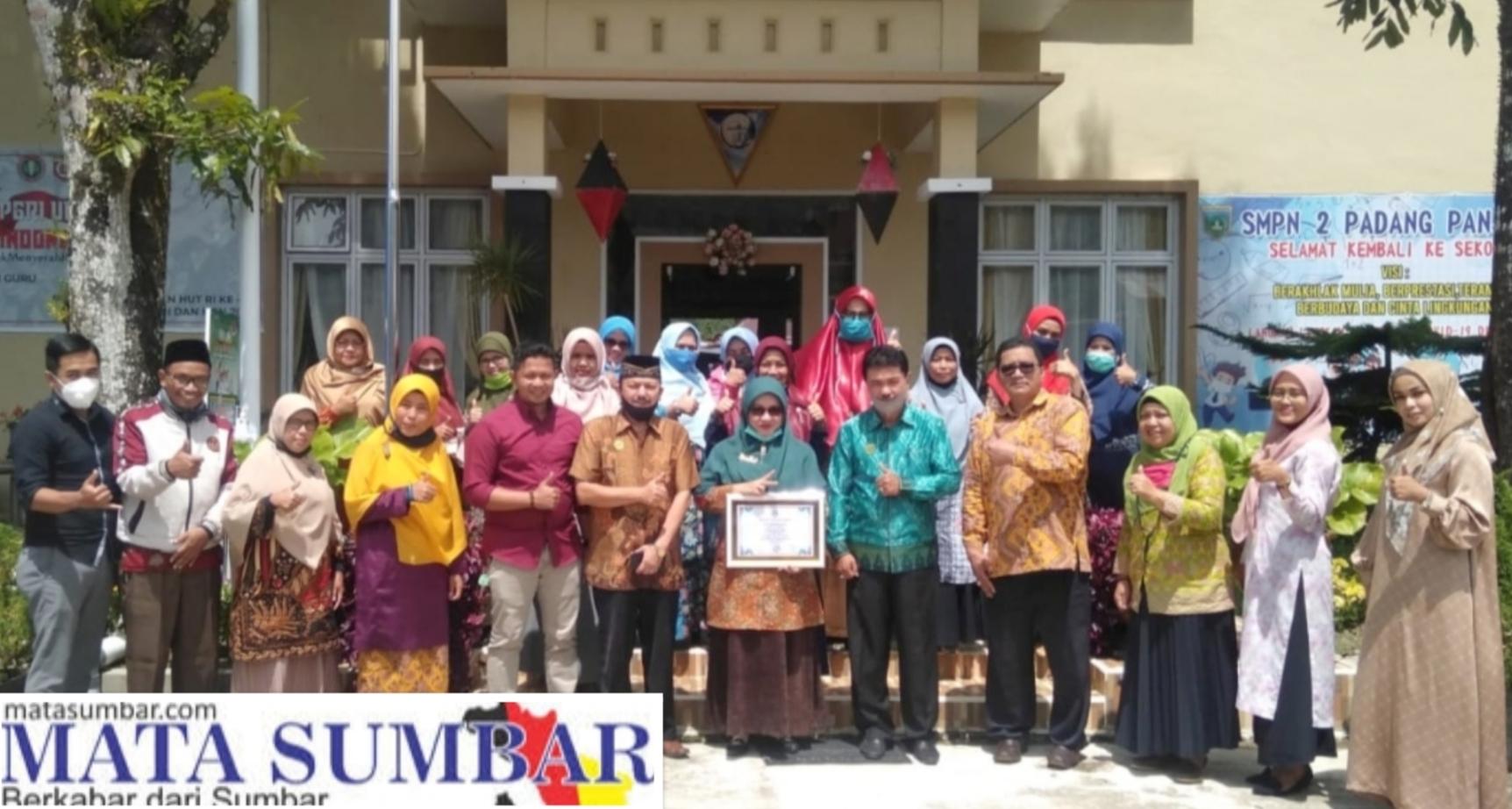 Bentuk Perhatian LSM-FKP Berikan Piagam Penghargaan Untuk 3 Kategori Guru Terbaik di Kota Padang Panjang.