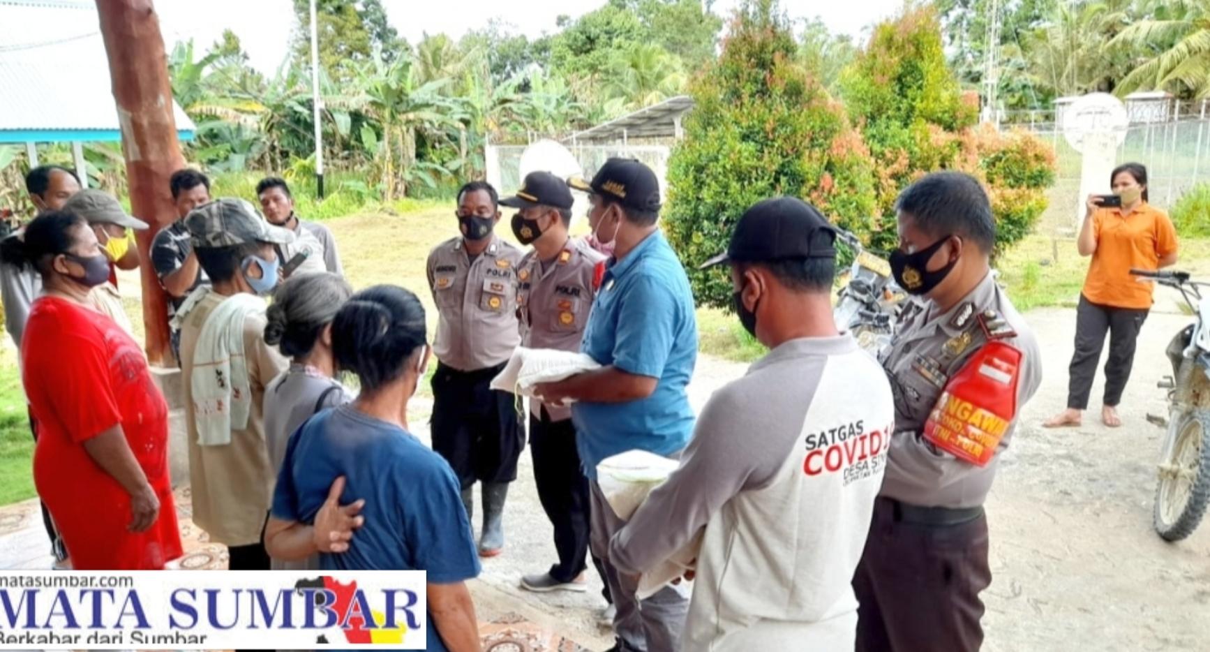 Peduli Daerah Pulau Terluar, Polsek Sikakap Salurkan Bantuan Beras Polri Untuk Desa Sinakak