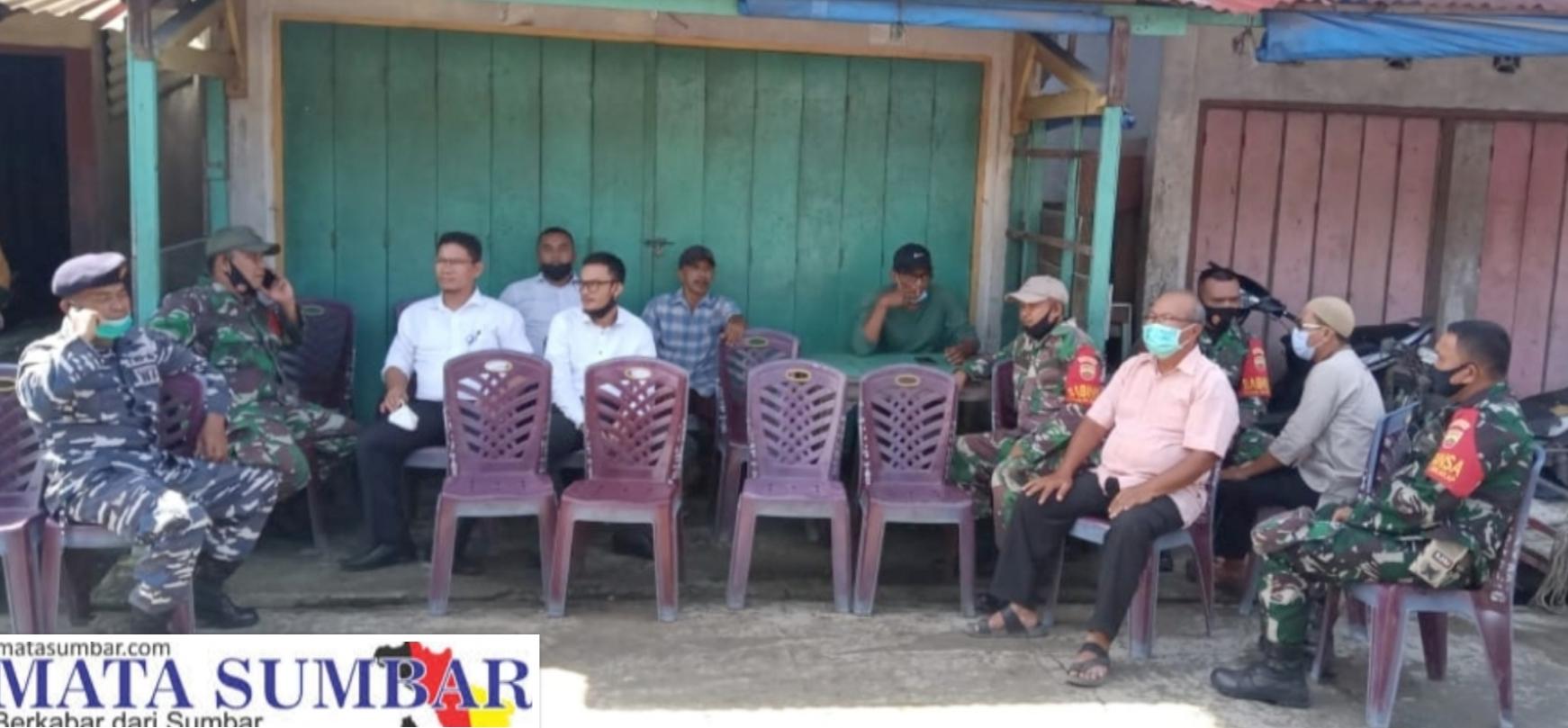 Wujud Kepedulian, Babinsa 04/Sikakap Melayat ke Rumah Warga Binaannya.