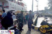 Penegakan Prokes, Babinsa Sikakap Patroli Kedatangan Kapal Perintis di Pelabuhan