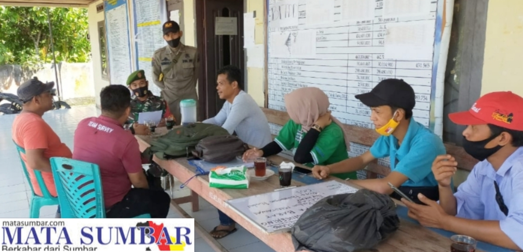 Babinsa Sikakap Dampingi Tim Survey Pemasangan Lampu PJU-TS di Dua Wilayah