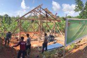 Hari Kelima Pengerjaan Rehab RTLH Milik Rohim Sudah Memasuki Tahap Pemasangan Atap Seng