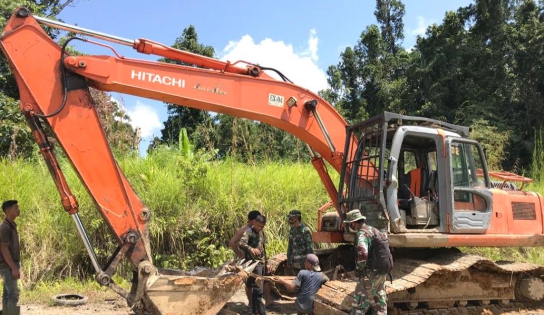 Demi Lancarnya Pengerjaan Jalan, Satgas TMMD Bersama Warga Perbaiki Mesin Excavator