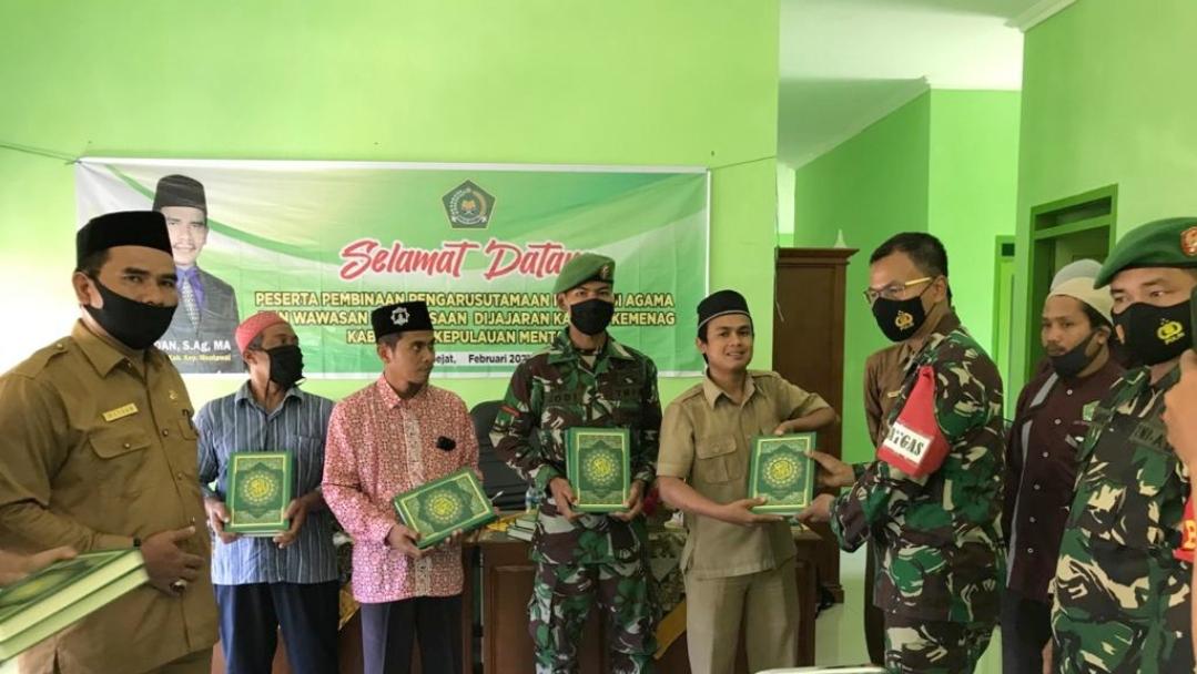 Bantuan Kitab Suci Al-Qur'an di Serahkan Dansatgas TMMD Kepada Sejumlah Pengurus Masjid