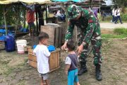 Praka Josua Damanik Berikan Santunan Berupa Belanja Kepada Anak-Anak.