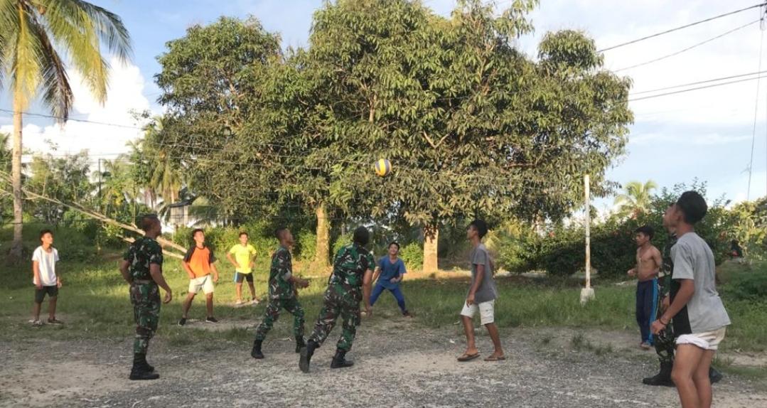 Selain Olahraga Bersama, Satgas TMMD Latih Anak-Anak Bermain Volly