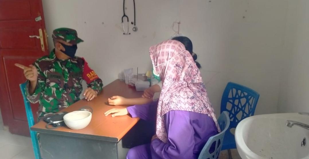 Satgas TMMD Bangun Komsos Bersama Petugas Pustu di Desa Sioban