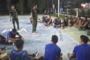 Manfaatkan Waktu Senggang, Satgas TMMD Berkumpul Dengan Warga dan Pemuda