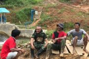 Manfaatkan Waktu Istirahat, Serda Chairul Komsos Dengan Warga