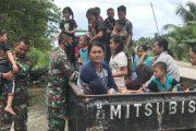Keceriaan Anak Saat di Gendong Satgas TMMD Seperti Keluarga Sendiri