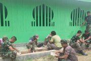 Kebersamaan Warga dan Satgas TMMD Makan Siang di Sela Melakukan Pengecatan