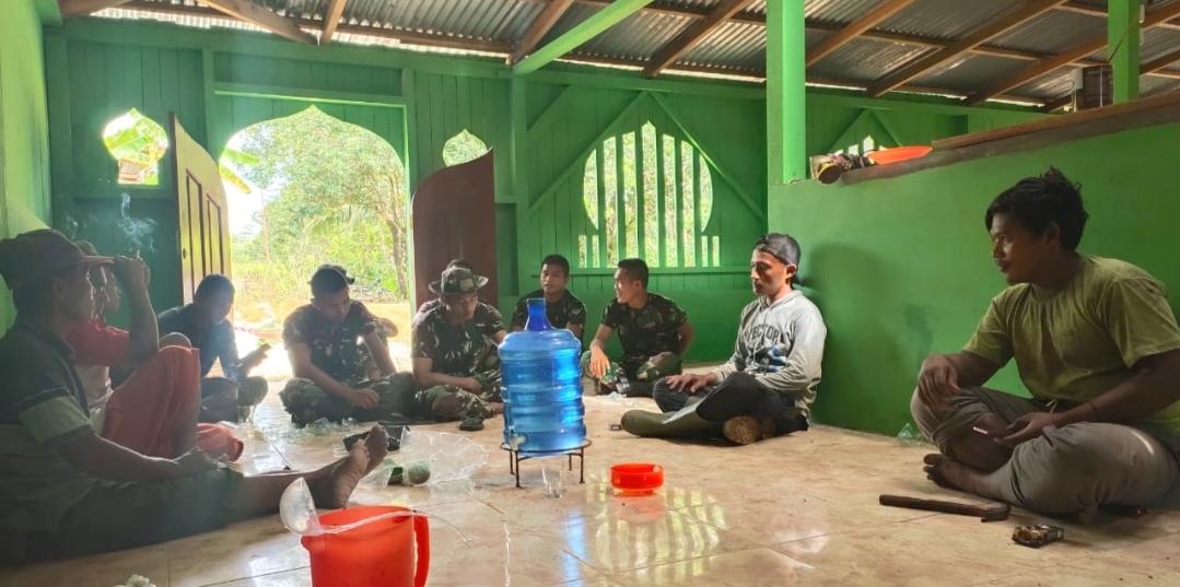 Satgas TMMD Manfaatkan Istirahat Siang Jalin Kebersamaan Dengan Warga