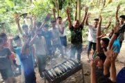 Sebagai Kado Perpisahan, Satgas TMMD Bakar Ikan Bersama Anak Panti Asuhan Kaum Mentawai