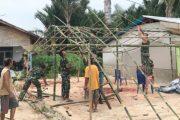 Bangun Komsos, Anggota Kodim 0319/Mentawai Bantu Warga Dirikan Tenda Pesta