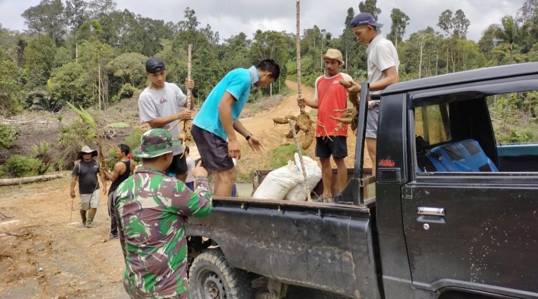 Iwan Warga Desa Bukit Pamewa Bersyukur Jalan di Bangun TNI