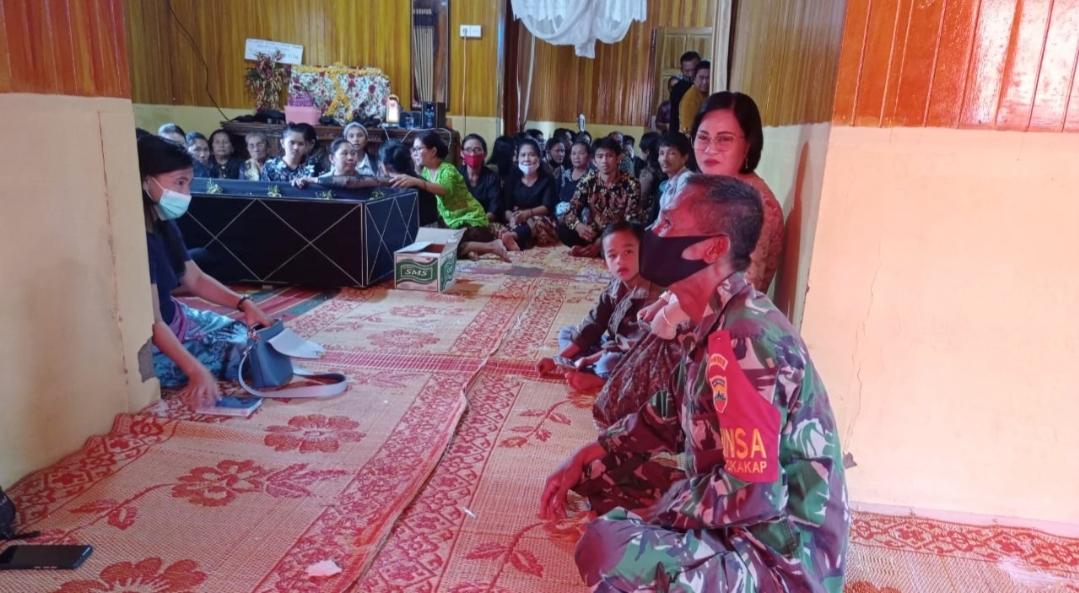 Ikut Berbelasungkawa, Babinsa Sikakap Melayat Ke Rumah Duka di Dusun Havea