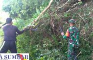 Babinsa Koramil 05/Batang Kapas Bersama Warga Bersinergi Bersihkan Jalan dan Parit