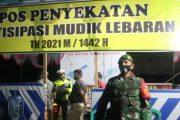 Antisipasi Arus Mudik, Babinsa Koramil 01/PS Bantu Polsek Jaga Pos Penyekatan di Perbatasan