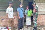 Melalui Babinsa, Kodim 0319/Mentawai Berbagi Paket Sembako Ramadhan Kepada Warga Kurang Mampu