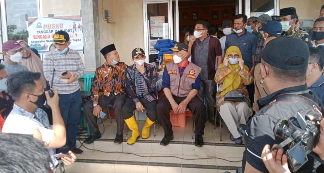 Tinjau Lokasi Banjir, Gubernur Sumbar di Dampingi Danramil 01/Pancuang Soal