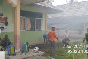 Babinsa Koramil 02/Ranah Pesisir Bersama Warga Bersihkan Tempat Rumah Isolasi