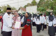 Kakanmenag Serahkan 6 Sertifikat Halal Kepada Pelaku Usaha IKM di Padang Panjang