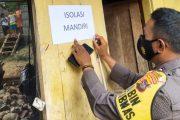 Bhabin Polsek Sipora Bersama Petugas Gabungan Pasang Tanda Insoman di Rumah Warga Terpapar Covid-19