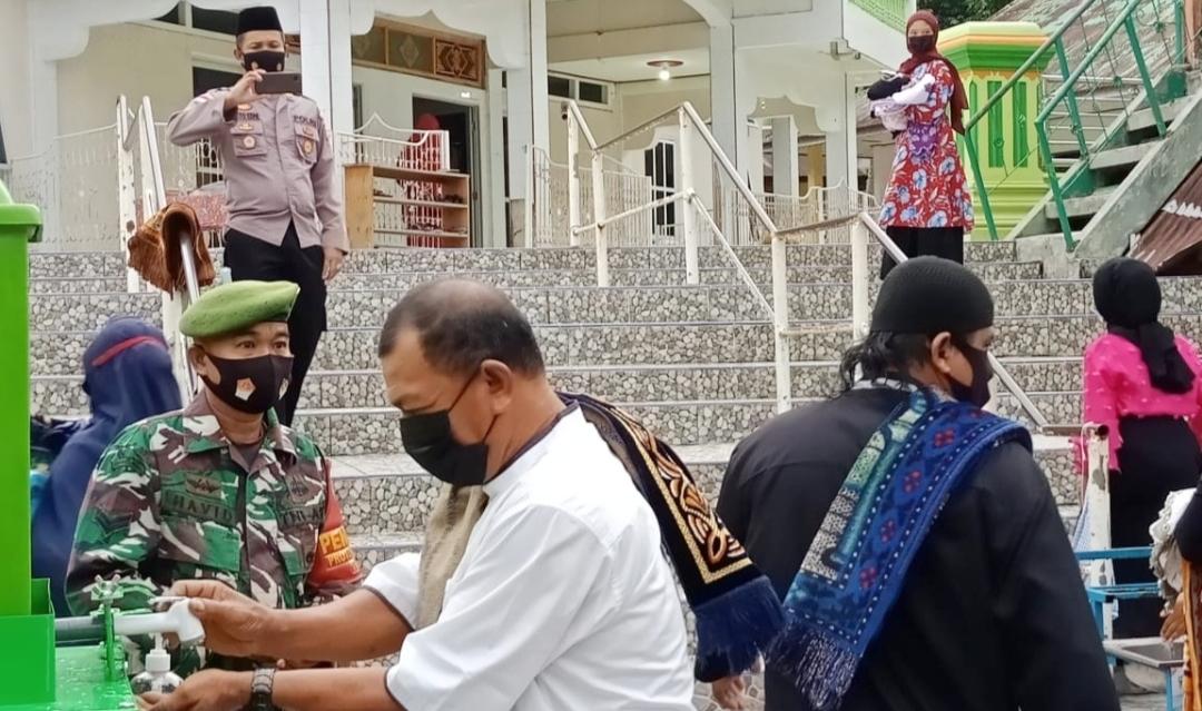 Anggota Koramil 04/Sikakap PAM Shalat Idul Adha di Masjid Raya Al-Furgan