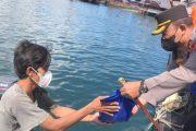 Ringankan Beban Warga Terdampak, Kapolres Mentawai Bagikan Sembako Kepada Nelayan