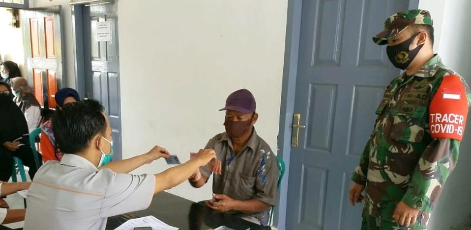 Penyaluran BLT Kemensos Tahap V di Dampingi Babinsa Koramil 01 Pancung Soal