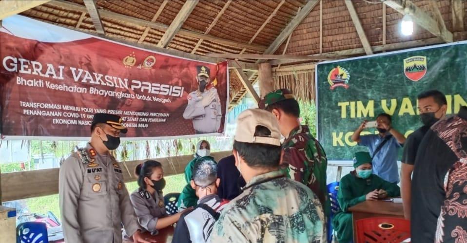 Sukseskan Vaksinasi Massal di Dua Gereja, Polres Mentawai, Kodim dan Dinkes Lakukan Secara Gotong Royong