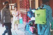 Bhabinkamtibmas Bersama Relawan Intensifkan Penyemprotan Disinfektan di Rumah Warga Isoman