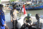 Polres Pasuruan Kota Berikan Vaksin Kepada Nelayan Langsung di Atas Perahu