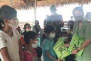 Peduli Pendidikan, Kodim 0319 Mentawai Berikan Peralatan Alat Tulis Kepada Anak-Anak Saureinu'