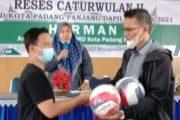 Reses di Masa Pandemi, Herman Baher Berbagi Perlengkapan Fasilitas Olahraga di Kelurahan Paus