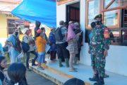 Babinsa Sikakap Dampingi Penerimaan BST di 10 Desa Pagai Utara Selatan