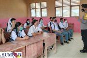 Melawan Keraguan, Bhabinkamtibmas Desa Saliguma Edukasi Pelajar SMAN 1 Siberut Tengah Soal Prokes dan Vaksin