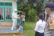 Polsek Sikakap Dampingi Timkes Lakukan Tracking dan Swab Kepada Satu Keluarga di Dusun Asahan