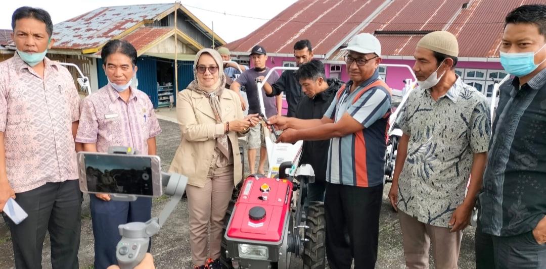 Anggota DPRD Sumbar Mesra Yasta Berikan Bantuan 9 Unit Hand Tracktor Kepada Keltan di Wilayah Kecamatan X Koto Tanah Datar
