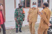 Babinsa Sikakap Dampingi Penyerahan Bantuan NGO di Posko PPKM Desa Taikako