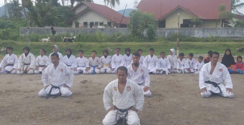Hindari Kenakalan Remaja, SMPN 1 Lubuk Alung Giatkan Program Ekstra Kurikuler Bidang Karate Bagi Peserta Didik