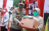 Kapolda Sumbar Salurkan Bansos di Gebyar Vaksinasi Dermaga Danau Singkarak
