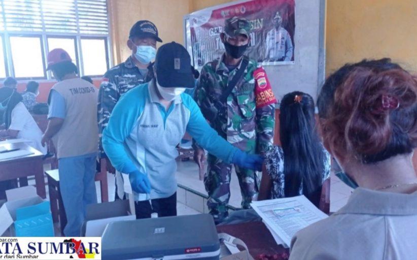 Koramil Sikakap Dampingi Vaksinasi SMAN 2 di Desa Taikako, di Vaksin 173 Orang