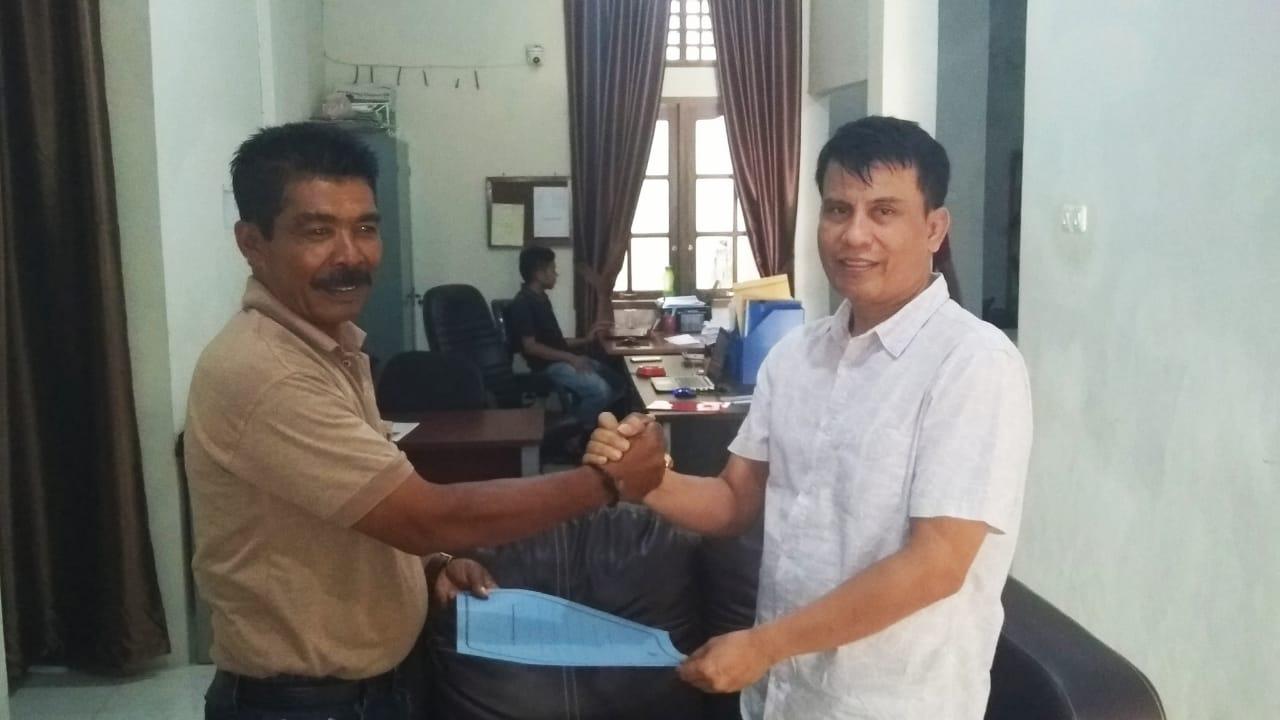 Ketua DPW Pekat IB Sumbar Serahkan SK Sementara DPD Pekat IB Mentawai