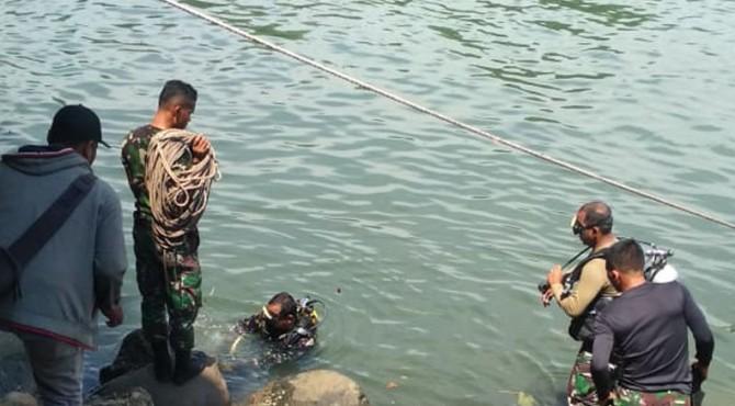 Tak Kunjung Ditemui, TNI AL Terjunkan Penyelam di Banjir Kanal