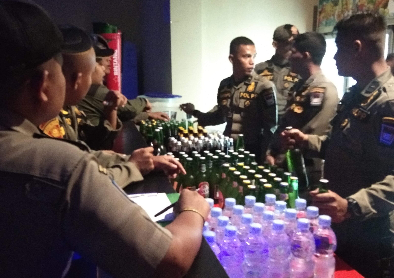 Gelar Razia Tempat Hiburan Malam, Satpol PP Kota Padang Amankan Ratusan Miras