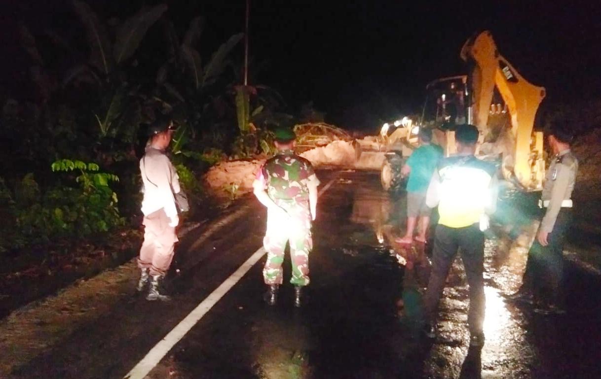 Aparat Gabungan Terus Lakukan Pembersihan Longsor di Dusun Rokot Sipora Selatan