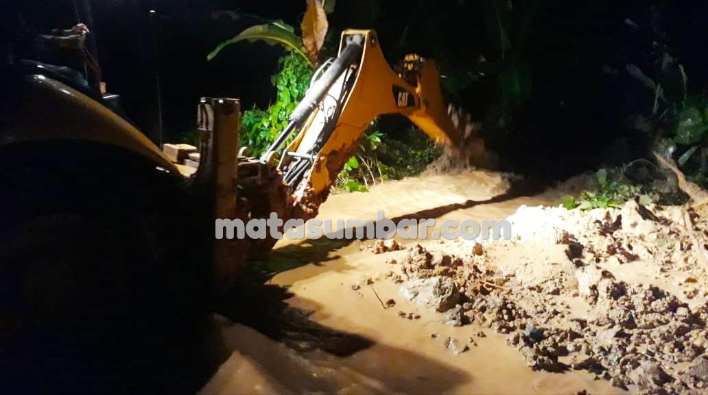 Jalan Penghubung Dusun Rokot Sipora Selatan Kembali di Terjang Longsor